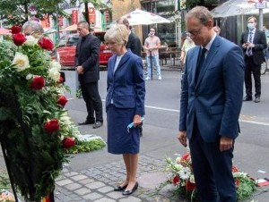 Od prawej burmistrz Berlina Michael Mueller i matka Chrisa Gueffroya